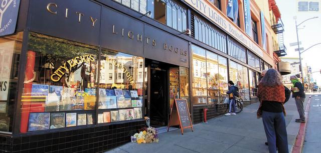 三藩市「城市之光」書店外23日有民眾擺放鮮花悼念費林格蒂。記者李兆庭攝