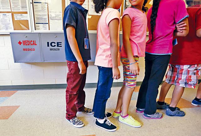 ■為安置偷渡無證童的長期設施已接近爆滿,據報拜登政府正在努力加快放人,讓美國親友照顧。美聯社