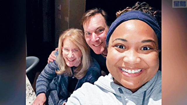 ■德州暴雪剛開始時,蒂蒙斯(右)在奧斯丁送貨期間車子突然拋錨,幸得一對好心夫婦收留,三人在同一屋簷下共度5天,成為好友。電視屏幕截圖