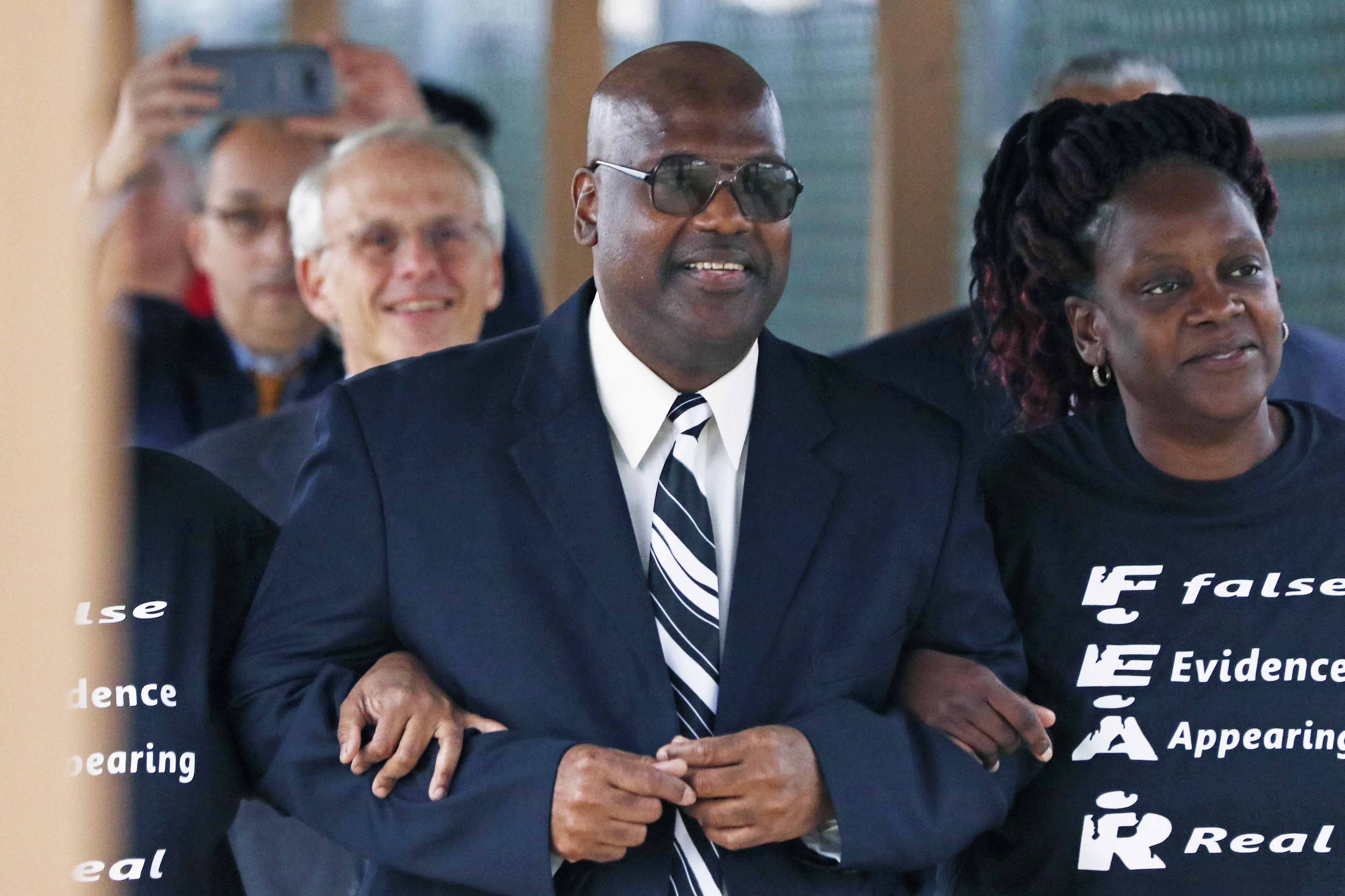密西西比州第五巡迴法庭法官裁定,坐了23年冤獄的佛羅華斯(圖中)將獲得該州的最高賠償50萬美元。    美聯社