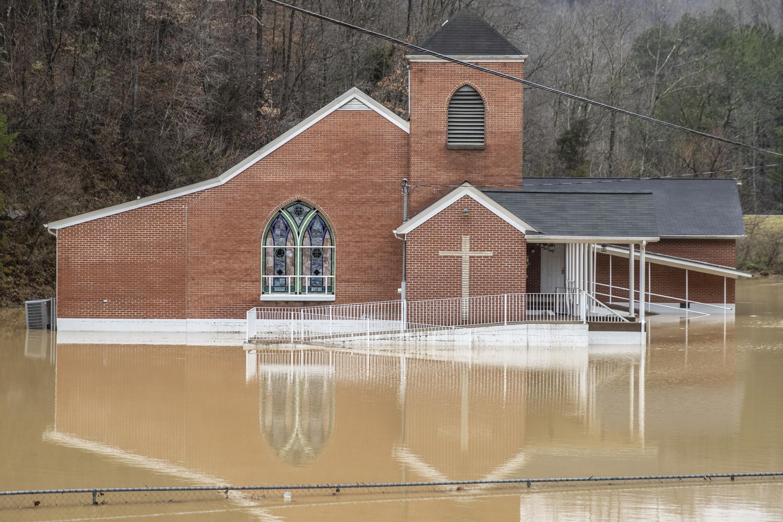 隨著阿帕拉契山脈雨雪向東移動,肯塔基州降雨超過2到3吋,道路淹水而無法通行。圖為肯州約翰遜縣一所教堂周圍氾濫成災。    美聯社