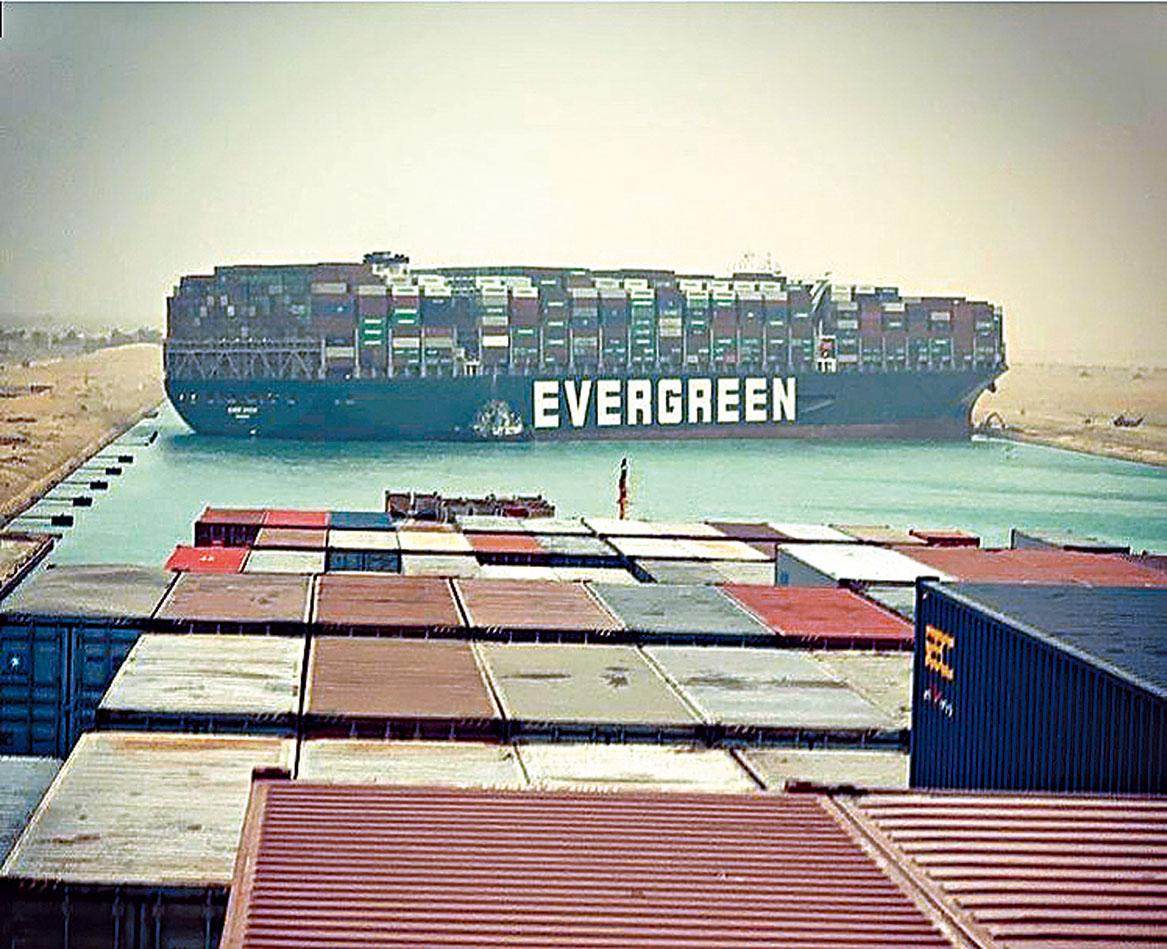 在蘇伊士運河上擱淺的長榮旗下貨櫃輪「長賜輪」。網上圖片