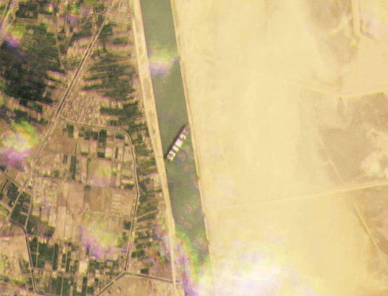 ■星圖像顯示貨櫃輪卡在河道上。美聯社