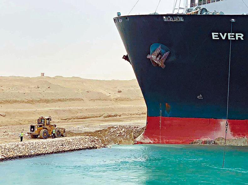■「長賜輪」船首卡在運河一側的堤岸。美聯社