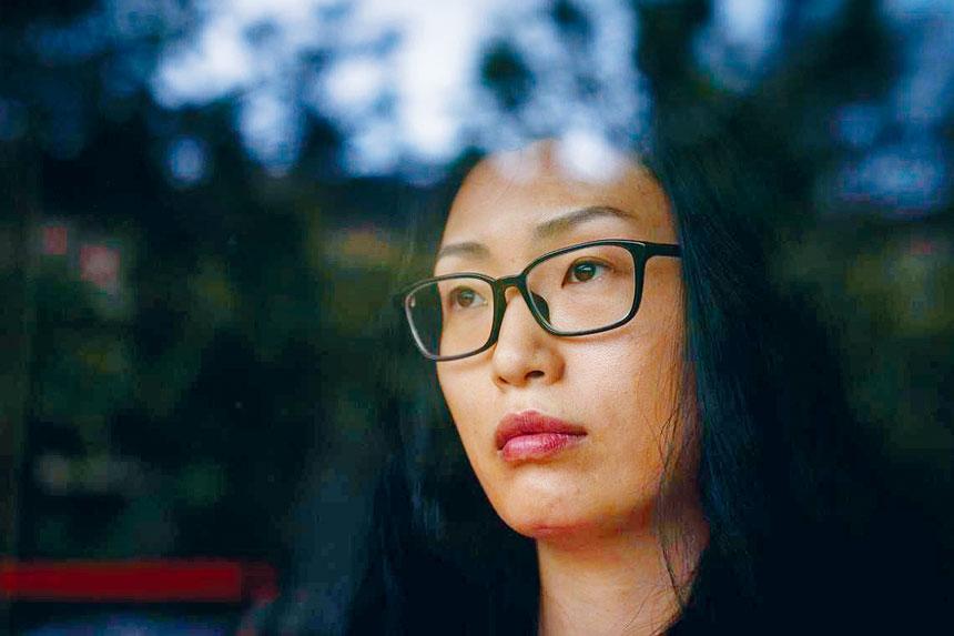 青少年書籍作家Kelly Yang,曾在加州列治文市的公園遭到種族歧視的語言辱罵,並被告知要回到她的原籍國。美聯社