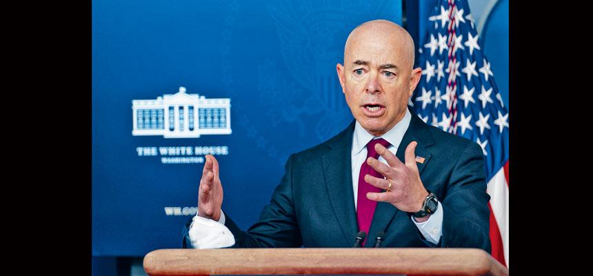 國安部長馬約卡斯表示,拜登政府將尋求方案,讓小無證客與父母在美國或其原籍國團聚。 美聯社