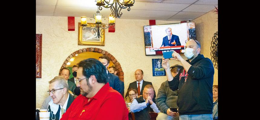 德州州長阿伯特2日在一家墨西哥餐廳宣布,大部分防疫措施將在10日取消。圖為電視正在直播他的講話。美聯社
