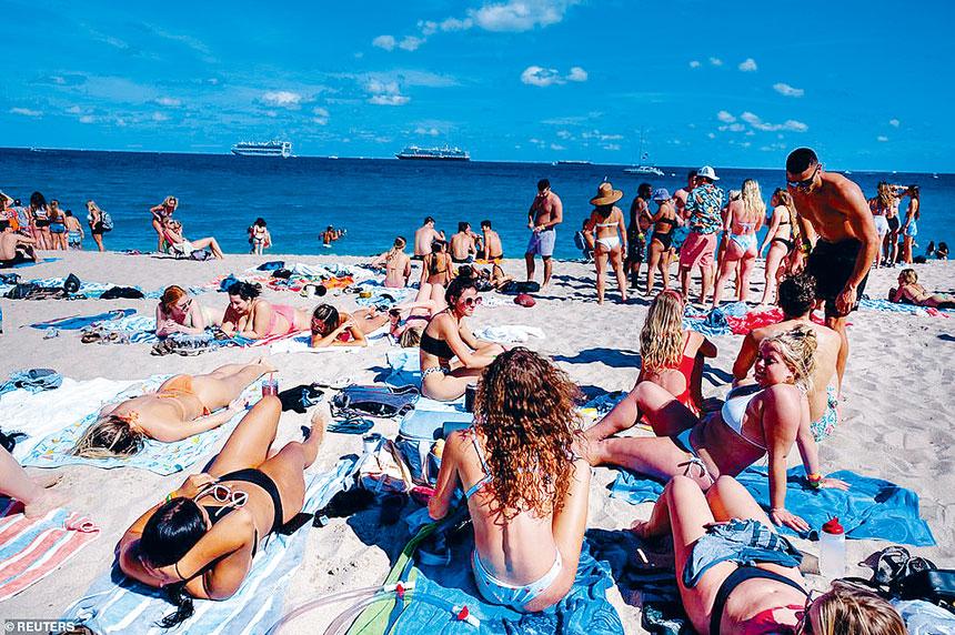 大批學生慶祝春假湧到佛州渡假,並在沙灘上享受日光浴。路透社