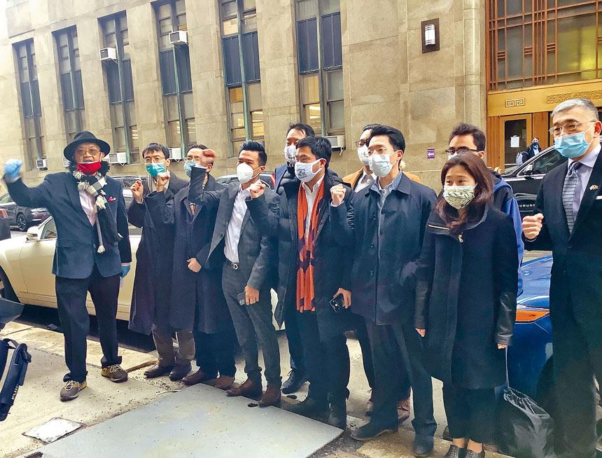 集會者呼籲曼哈頓地檢署以仇恨罪起訴在華埠刺傷亞裔的嫌犯。