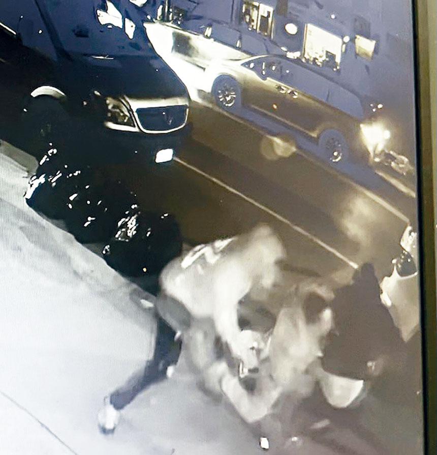 現場錄像顯示了非裔男子兇殘殺人的經過。