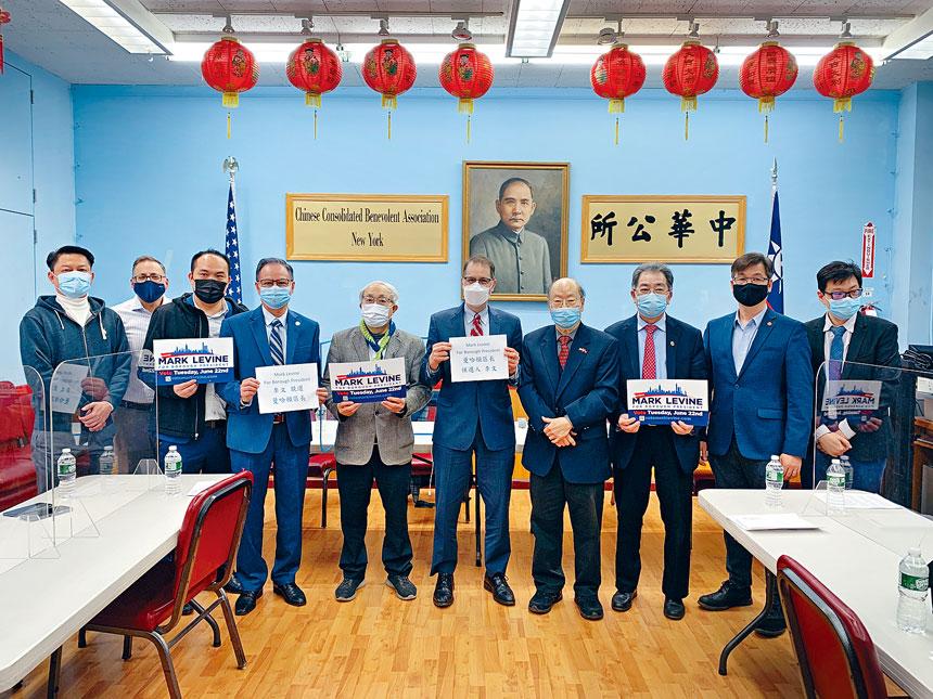 曼哈頓區長候選人、現任市議員李文(Mark Levine,右五)與社區代表合影。