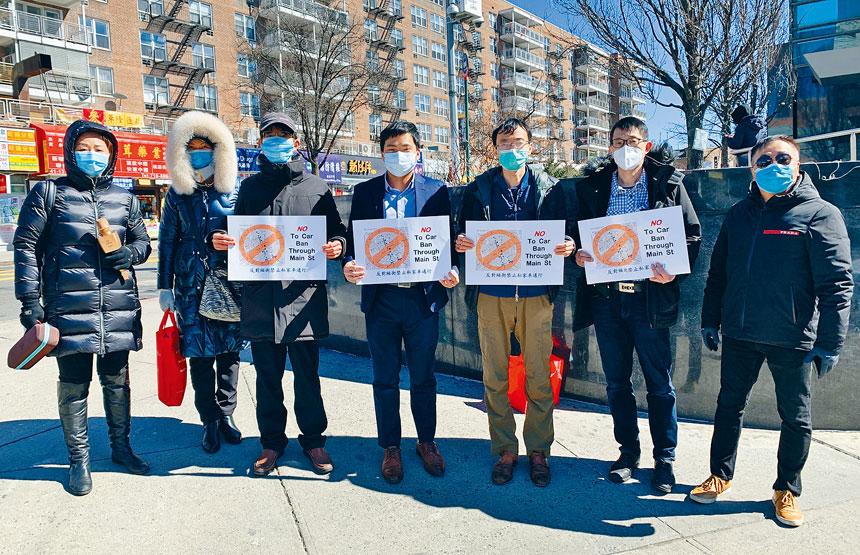 手持「反對緬街禁止私家車通行」的多位競選市議員公職人華裔對有團體舉辦慶祝「緬街巴士專線計劃」成功,憤怒不己。