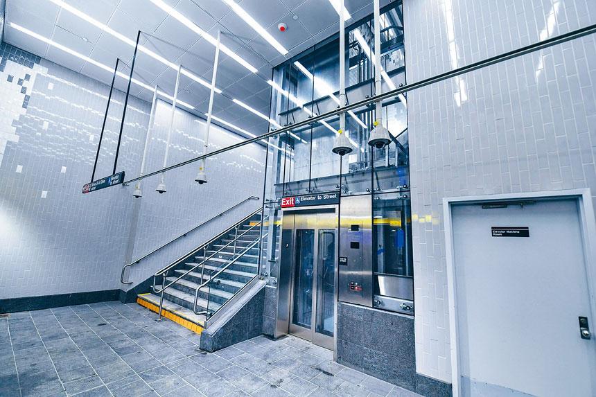 長島市Court Sq-23街的地鐵站升級了無障礙設施,方便殘疾人通行。