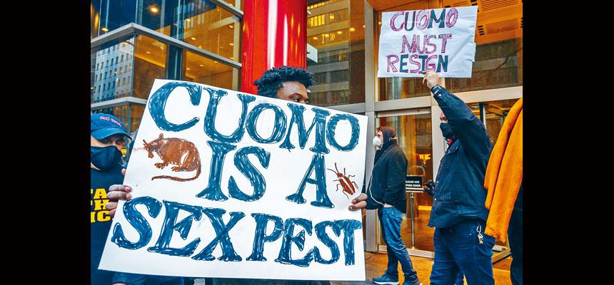 柯謨曼哈頓辦公室外2日有人示威,要求州長下台。美聯社