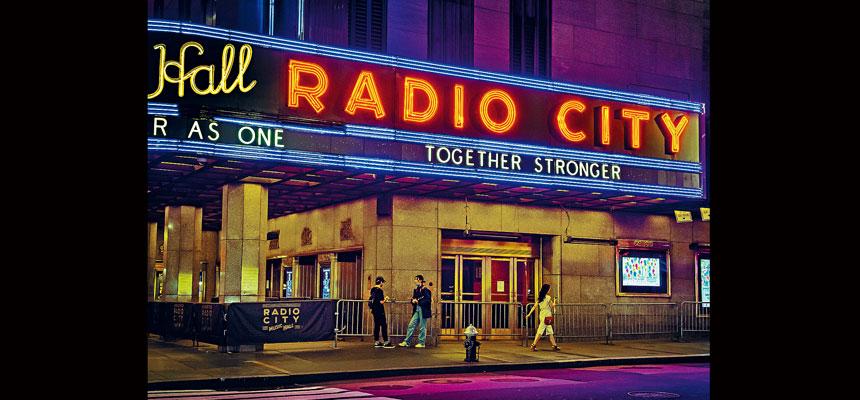 無線電城音樂廳(圖)、林肯中心和百老匯劇院等可於下月重開。Dina Litovsky/紐約時報