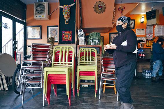 紐約市以外餐館的堂食客容量將提高到75%。美聯社