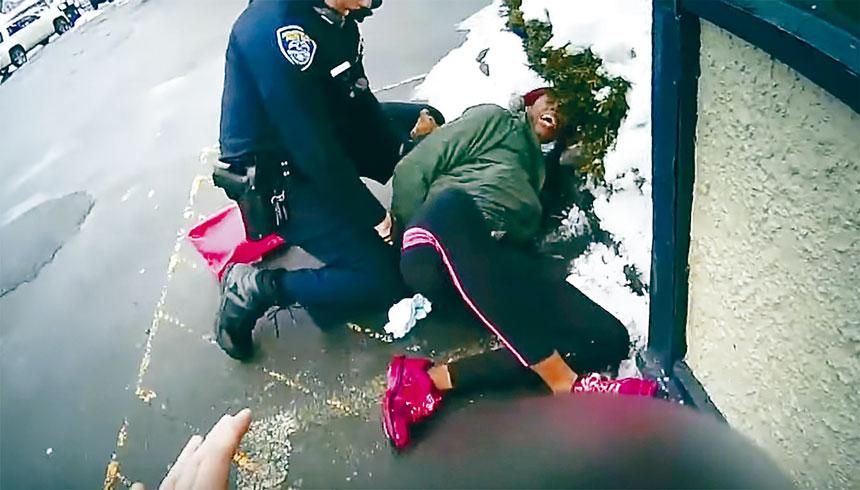 羅切斯特市警員當時正制伏涉嫌偷竊女子。美聯社