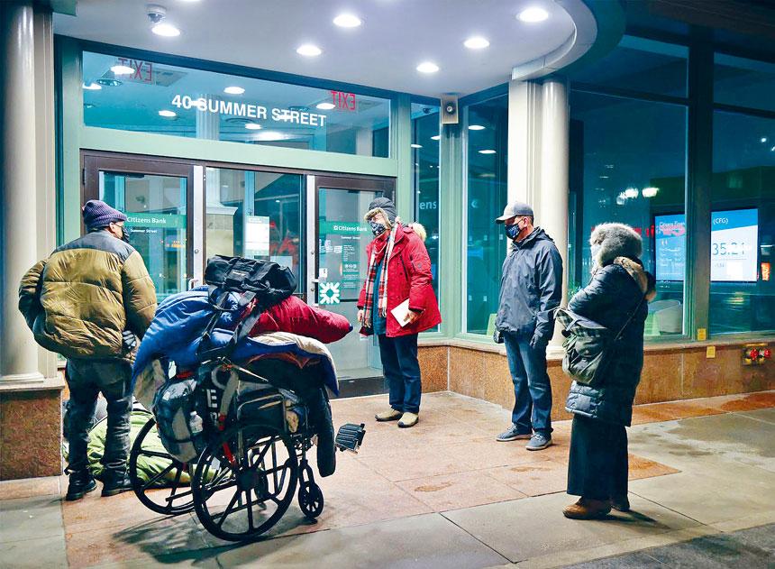 馬丁市長和志願者在2021年人口普查中與無家可歸者交談。波士頓市政府供圖