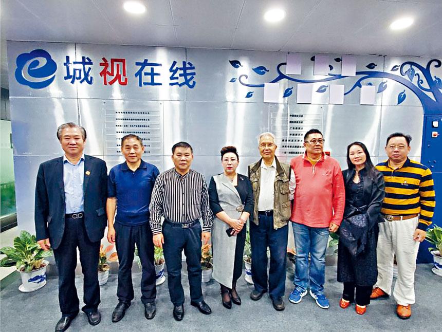 幾位創辦成員與珠海電視台商討演出。甄雲龍供圖