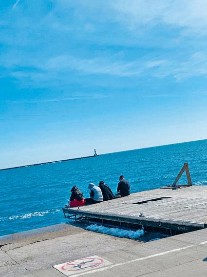■密芝根湖波光粼粼、水天一色,市民坐在湖堤享受初春的美好時光。梁敏育攝密芝根湖波光粼粼、水天一色,市民坐在湖堤享受初春的美好時光。梁敏育攝