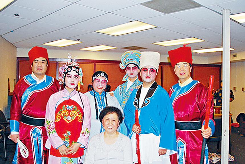 2010年西北同鄉會春晚,盧老師導演、化妝的秦腔《櫃中緣》首場演出,創造了當地華人將秦腔秦腔折子戲搬上美國舞台的歷史。盧少琴老師在化妝室和《櫃中緣》全體演員合影。