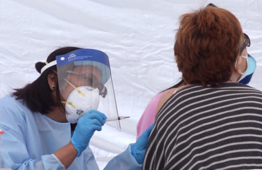 疫苗的推動有效降低醫護人員的新冠感染率與死亡率。洛杉磯時報