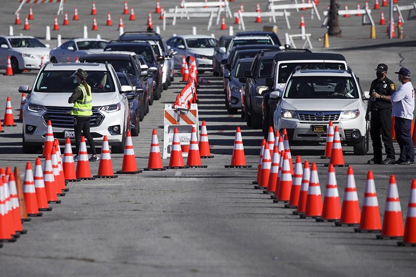 民眾駕車在道奇體育場疫苗接種站點排隊等候。洛杉磯時報