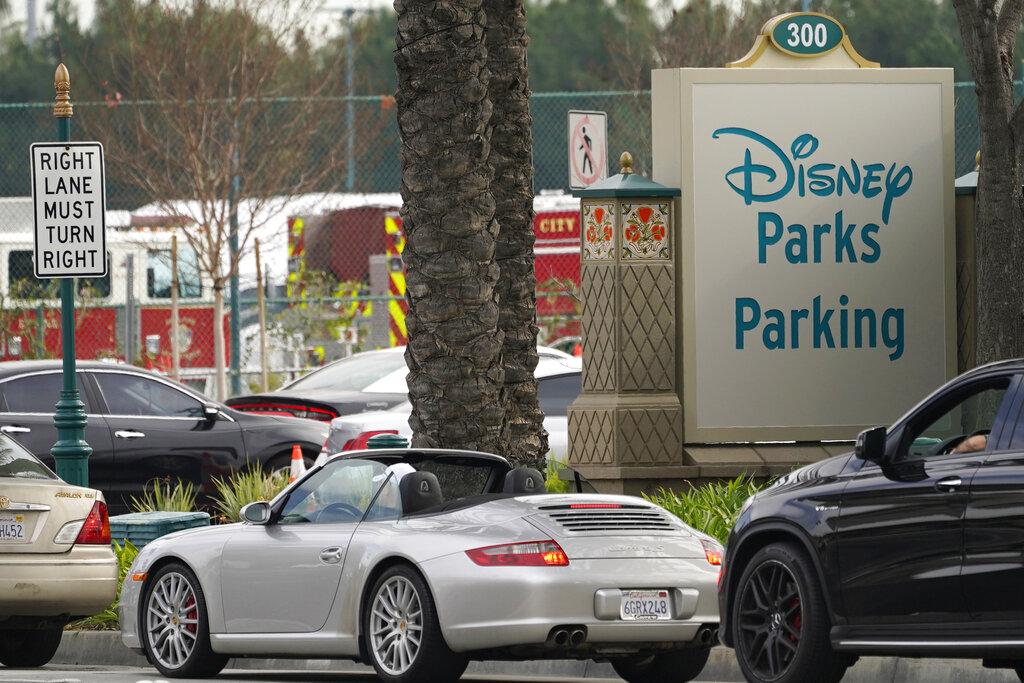 大批車輛在橙縣迪士尼樂園停車場外排隊等候接種疫苗。美聯社