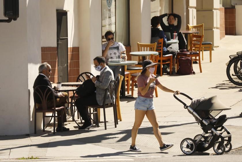 加州更多商家重新開放,且放寬限制。洛杉磯時報