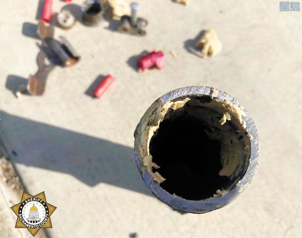 當局在小學外發現的管狀炸彈等危險品。沙加緬度縣警察局/美聯社
