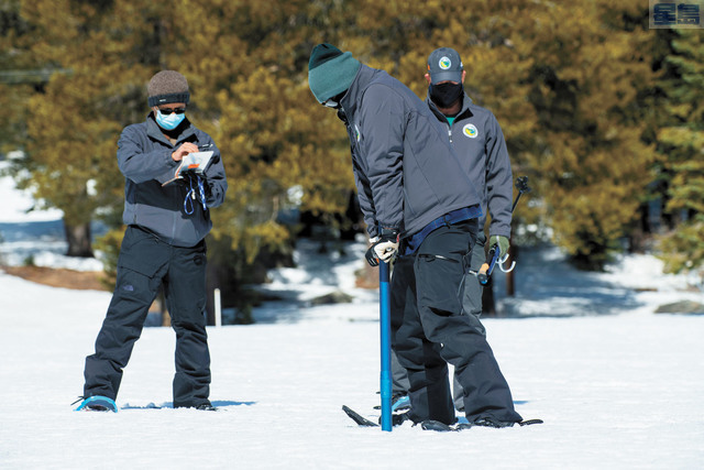 州水資源局人員在迴聲峰測量積雪含水量。美聯社
