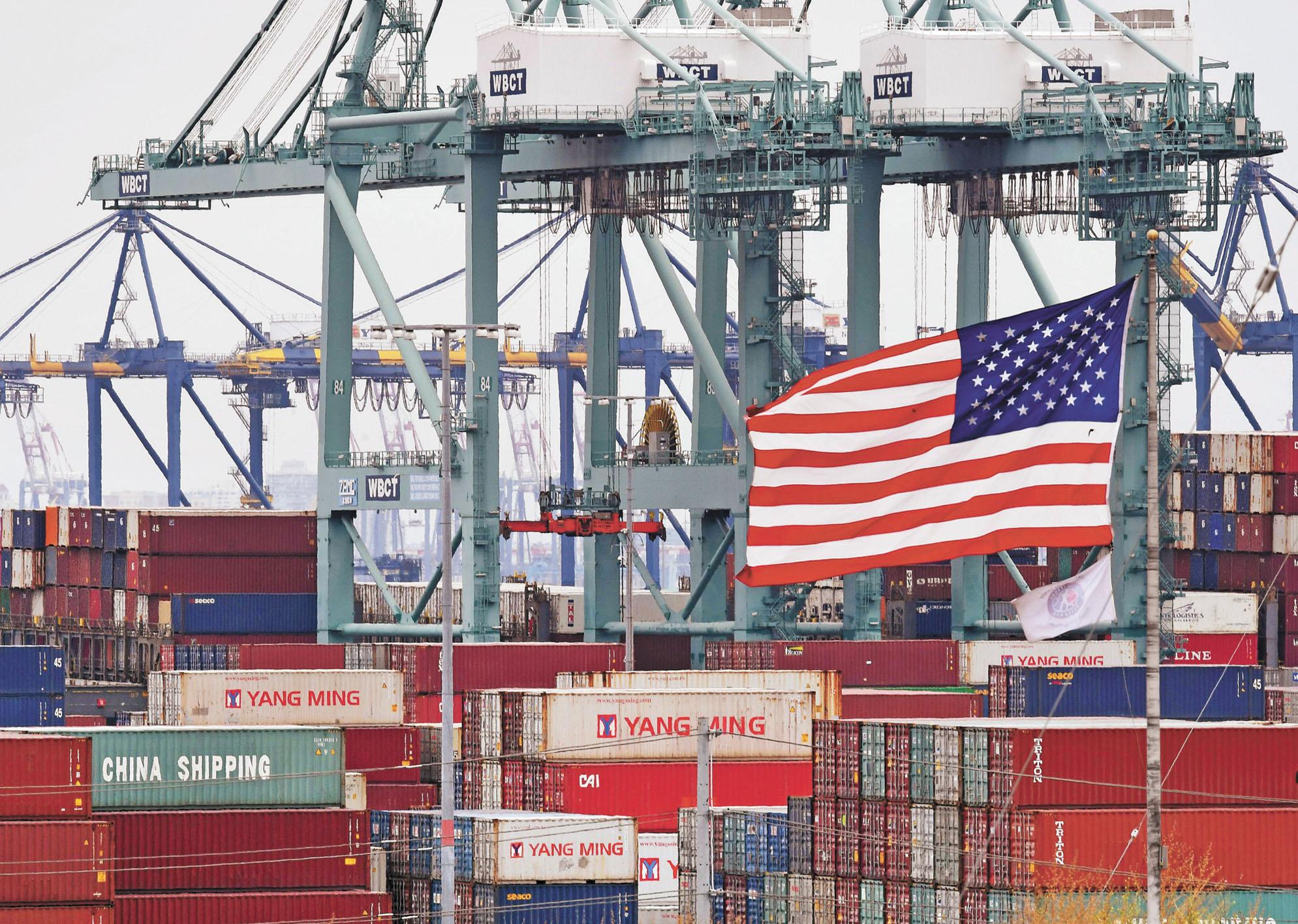 在美國加州長灘港口,集裝箱裝滿中國進口商品。資料照片