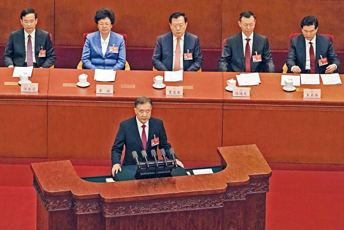 全國政協主席汪洋在揭幕儀式上發言中,包括落實愛國者治港原則等。後排中為港澳辦主任夏寶龍。