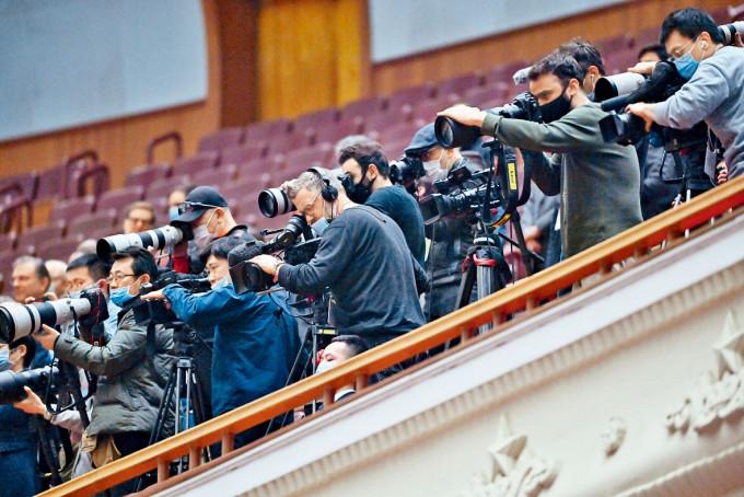 大批中外傳媒採訪全國人大會議開幕儀式。