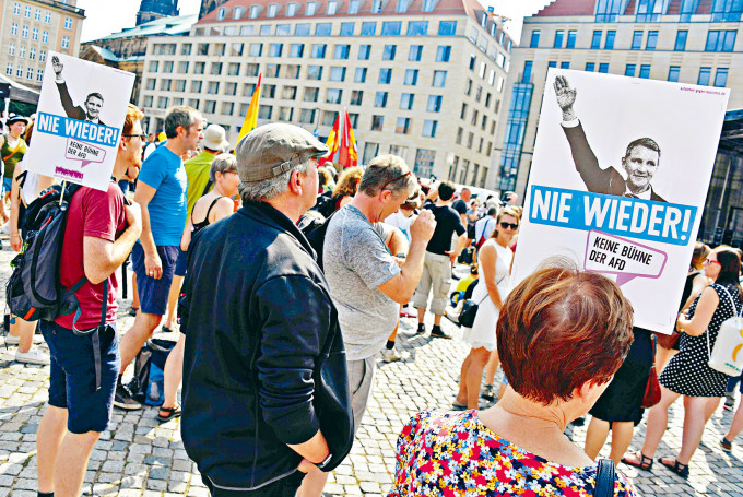 德累斯頓市前年的一場反排外集會,把另類選擇黨的高層霍克描繪成納粹分子。資料圖片