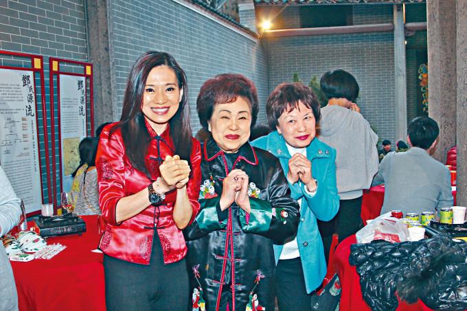 吳麗珠(左)指余慕蓮(右)在電話中呻好辛苦。