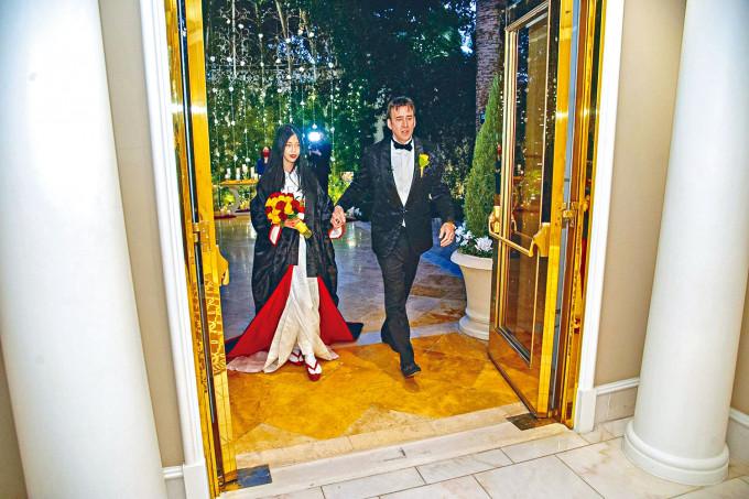 尼古拉斯基治第5次結婚,與嫩口日籍新妻於拉斯維加斯行婚禮。