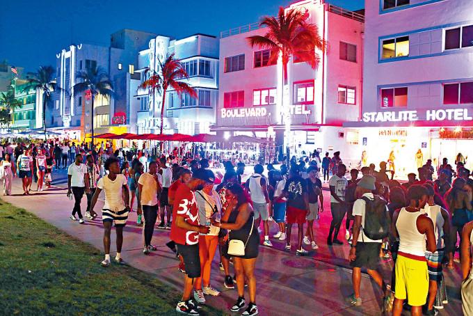 邁阿密海灘海洋大道上周四晚擠滿遊客。