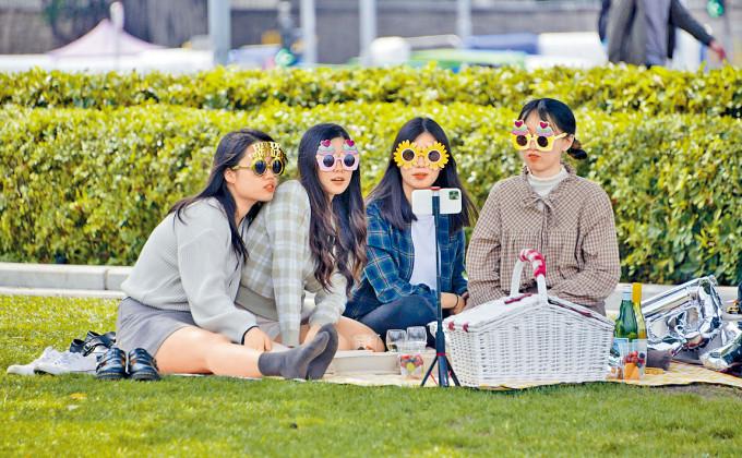 限聚措施早前放寬至四人,女士們趁機到添馬公園野餐慶祝生日。