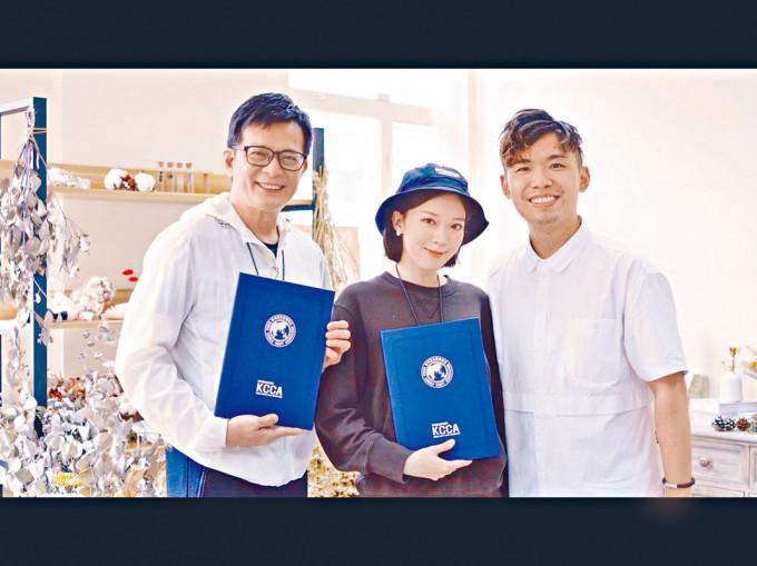 兩父女齊齊獲得蠟燭導師證書。