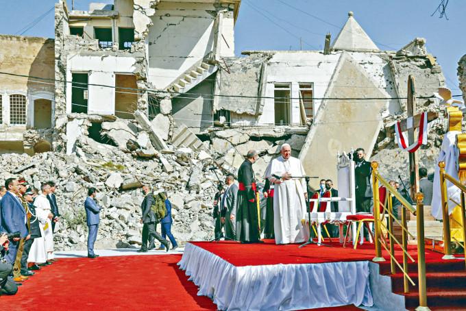 教宗方濟各周日在伊拉克摩蘇爾被炸毀的教堂旁祈禱。