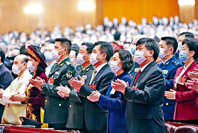 出席政協大會的委員均戴上口罩。