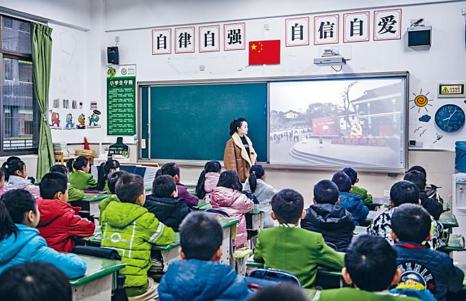 貴州貴陽市學生開學第一課《從小學黨史》。
