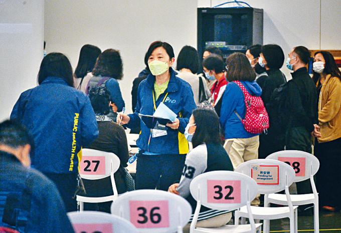 本港累計有約七萬二千三百人已接種疫苗。