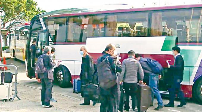 多名港區全國人大代表及政協委員,包括身兼立法會議員的張華峰、田北辰等,昨在金紫荊廣場附近乘搭旅遊巴前往深圳,再轉機到北京。  無綫電視截圖