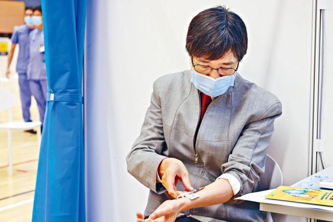 袁國勇昨為自己皮下注射BioNTech疫苗,鼓勵市民接種。