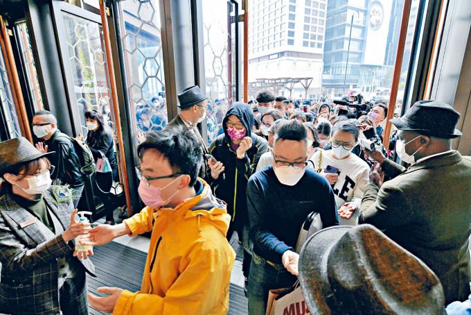 K11 MUSEA大派一千六百五十元電子消費券,吸引數以千計市民入場購物玩樂。