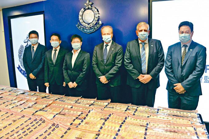 女總警司林敏嫻及證監會行政總裁歐達禮(左三及四)講述操控股市案情。