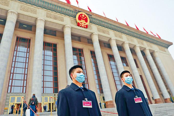 大會堂的保安人員也戴口罩。