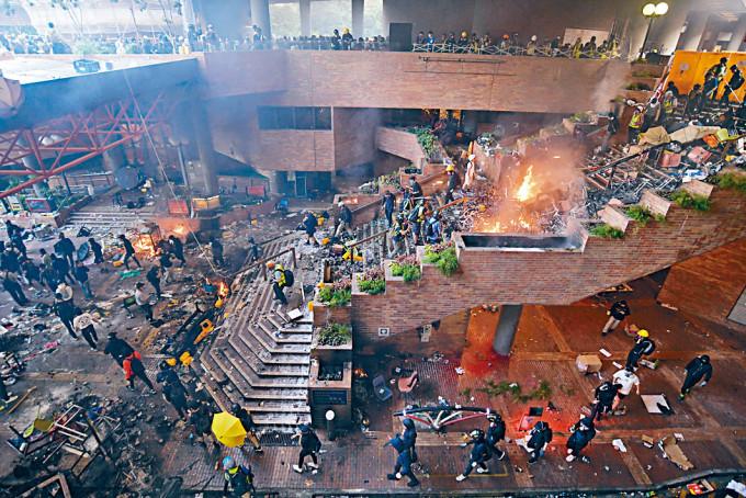 前年理大圍城爆發激烈衝突,事後有逾千人被捕。